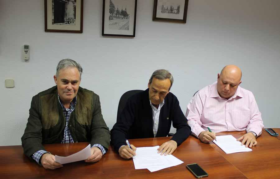 Alcalde del PP de Nuevo Baztán, D. Mariano Hidalgo, el Concejal de IUCM-LV D. Luis Perez y el Presidente del Partido Popular Local D. Luis del Olmo.