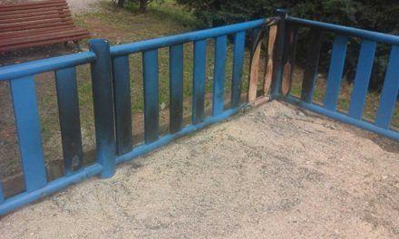 Reparación del vallado del parque infantil en Monteacevedo.