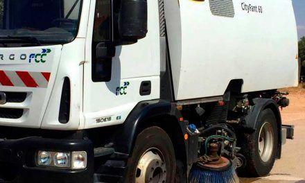 Trabajos de limpieza con barredora en Casco Histórico y Urbanizaciones