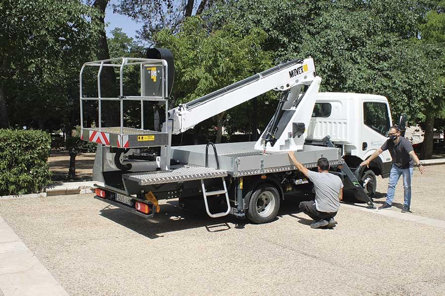 Nuevo camión con plataforma articulada telescópica